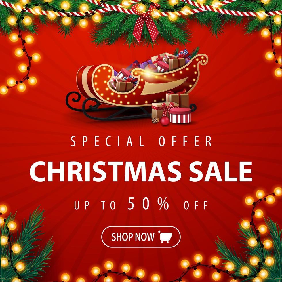 specialerbjudande, julförsäljning, upp till 50 rabatt, fyrkantig röd rabattbanner med julgransgirland, glödlampa och santa släde med presenter vektor