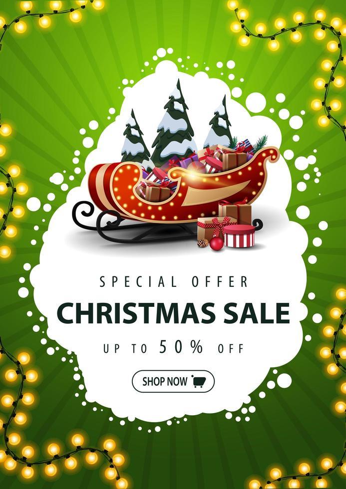Sonderangebot, Weihnachtsverkauf, bis zu 50 Rabatt, vertikales grünes Rabattbanner mit abstrakter weißer Wolke, Girlande, Knopf, Weihnachtsschlitten mit Geschenken und schneebedeckten Kiefern vektor