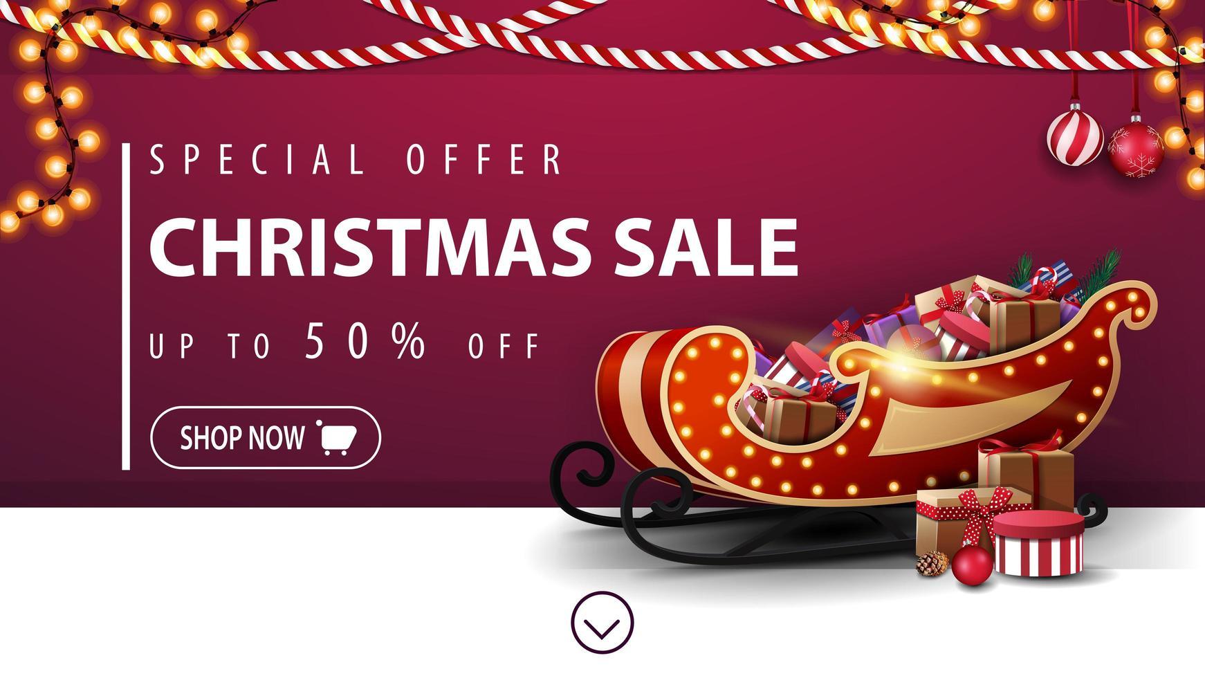 Sonderangebot, Weihnachtsverkauf, bis zu 50 Rabatt, lila Rabatt Banner mit Girlanden, Knopf und Santa Schlitten mit Geschenken in der Nähe der Wand vektor