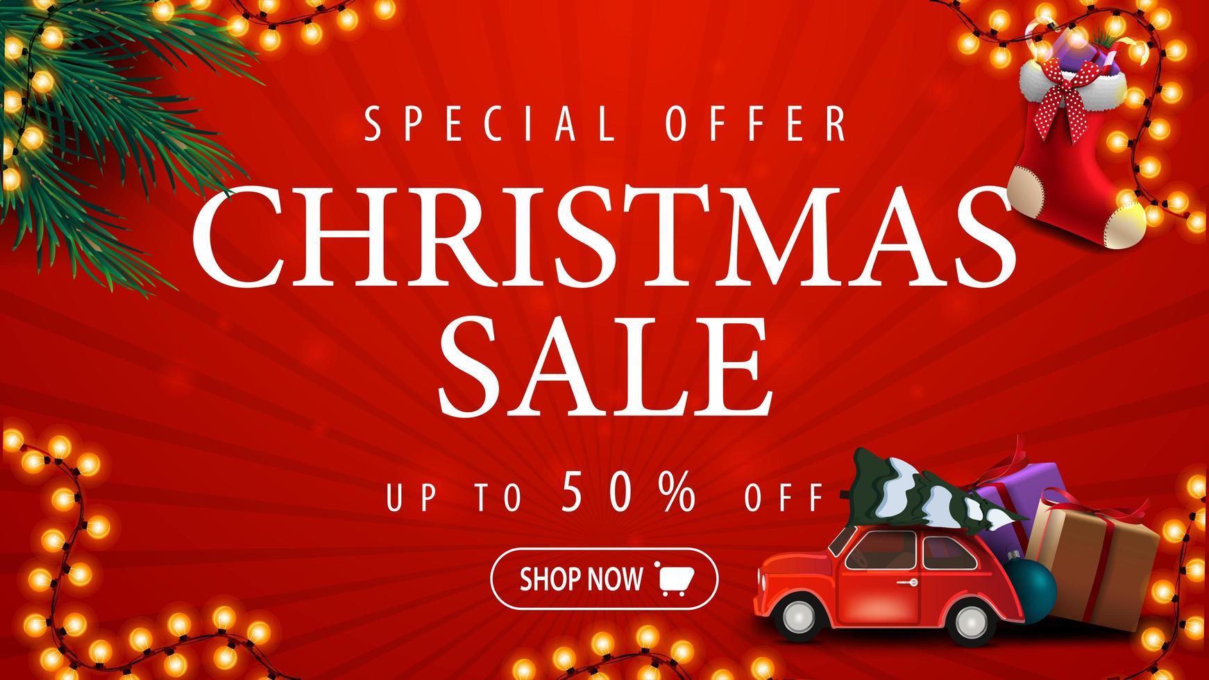 Sonderangebot, Weihnachtsverkauf, bis zu 50 Rabatt, rotes Rabatt-Banner mit Girlande, Weihnachtsbaumzweigen, Weihnachtsstrümpfen und rotem Oldtimer mit Weihnachtsbaum vektor