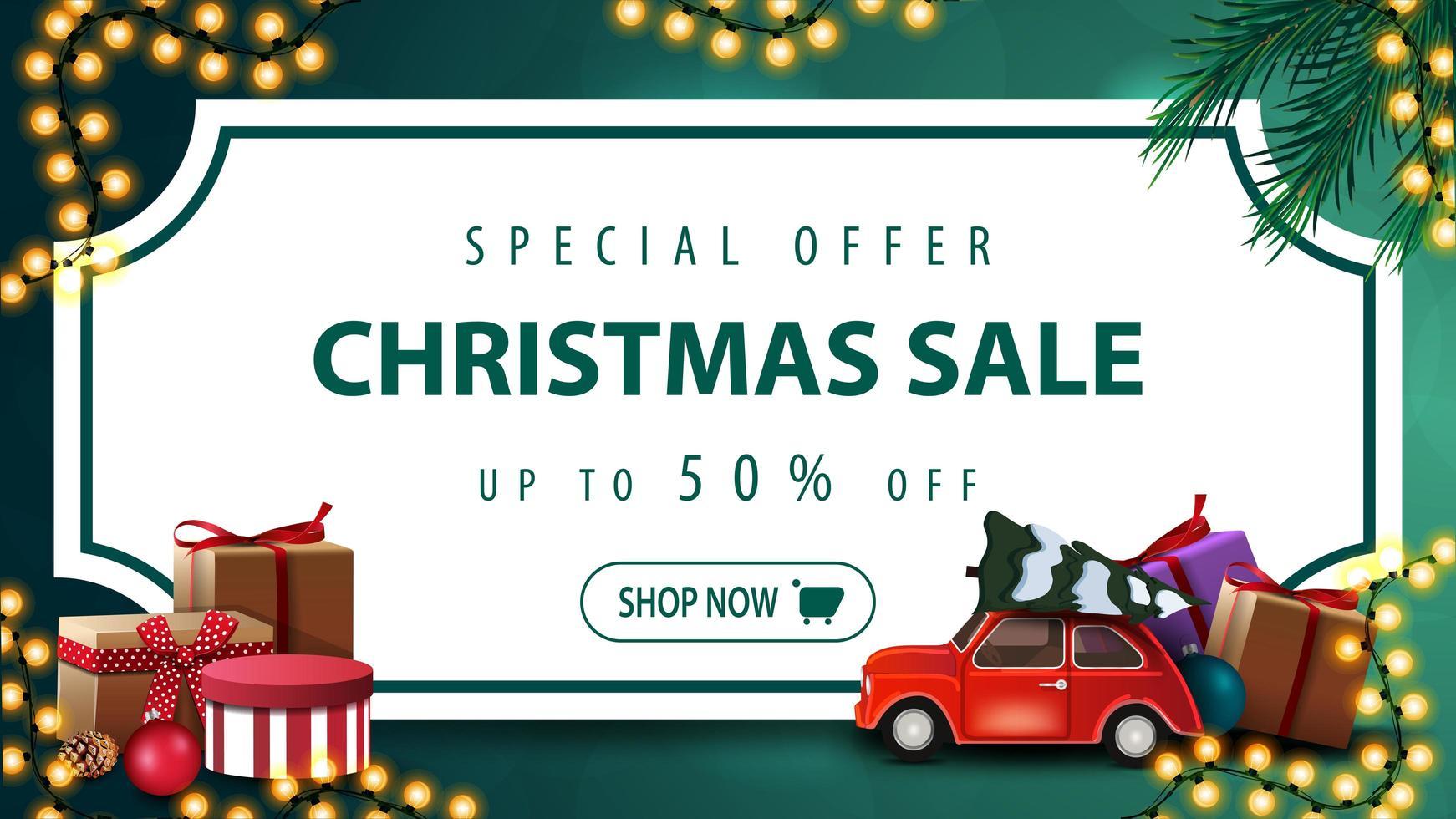 Sonderangebot, Weihnachtsverkauf, bis zu 50 Rabatt, grünes Rabattbanner mit weißem Blatt Papier in Form von Vintage-Ticket, Weihnachtsbaumzweigen, Girlanden und rotem Oldtimer mit Weihnachtsbaum vektor