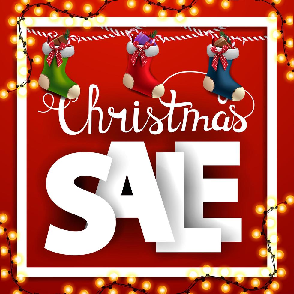 Weihnachtsverkauf, quadratisches Rabattbanner mit großen Buchstaben und Weihnachtsstrümpfen vektor