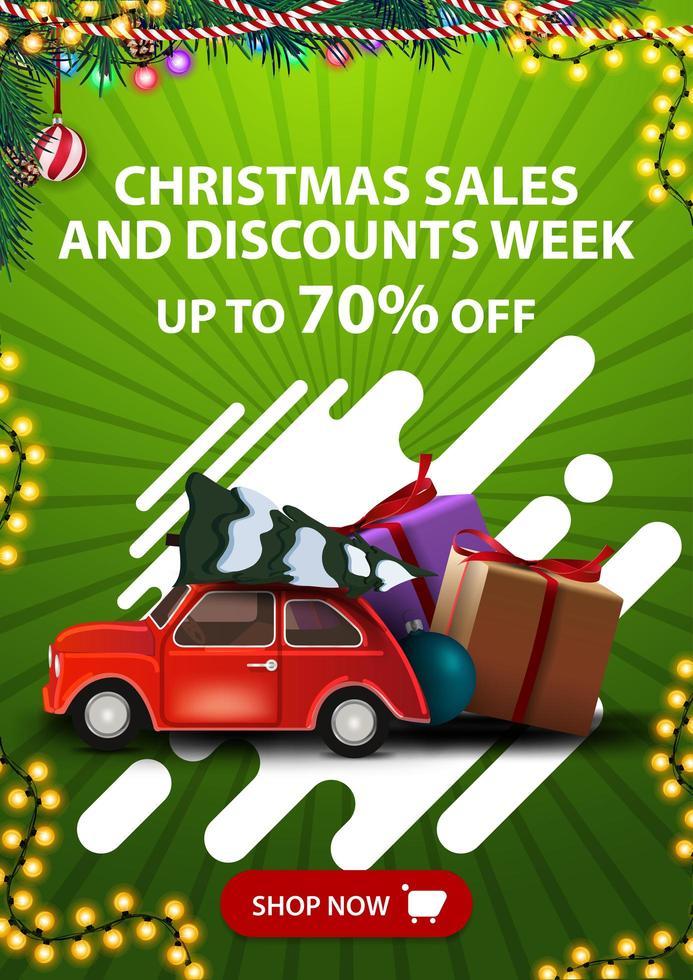 Weihnachtsverkäufe und Rabattwoche, bis zu 70 Rabatt, vertikales grünes Rabattbanner mit Knopf, abstrakten Formen und rotem Oldtimer mit Weihnachtsbaum vektor