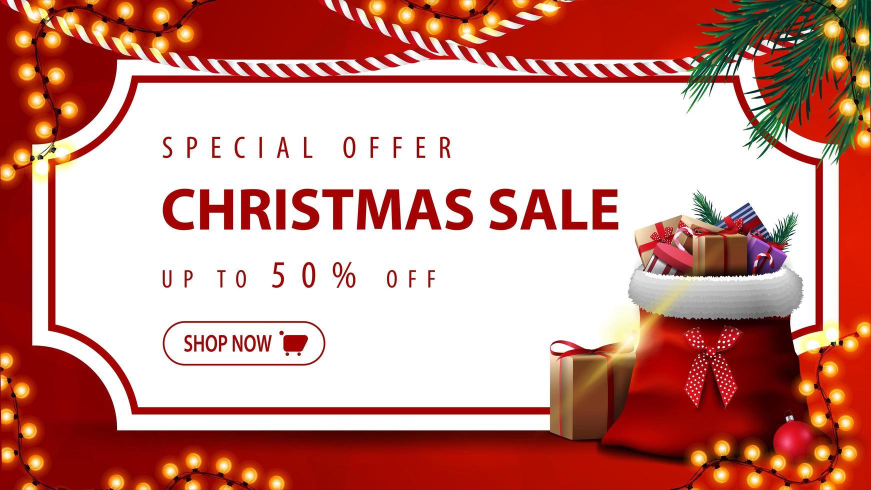 Sonderangebot, Weihnachtsverkauf, bis zu 50 Rabatt, rotes Rabattbanner mit weißem Blatt Papier in Form eines Vintage-Tickets, Weihnachtsbaumzweige, Girlanden und Weihnachtsmann-Tasche mit Geschenken vektor