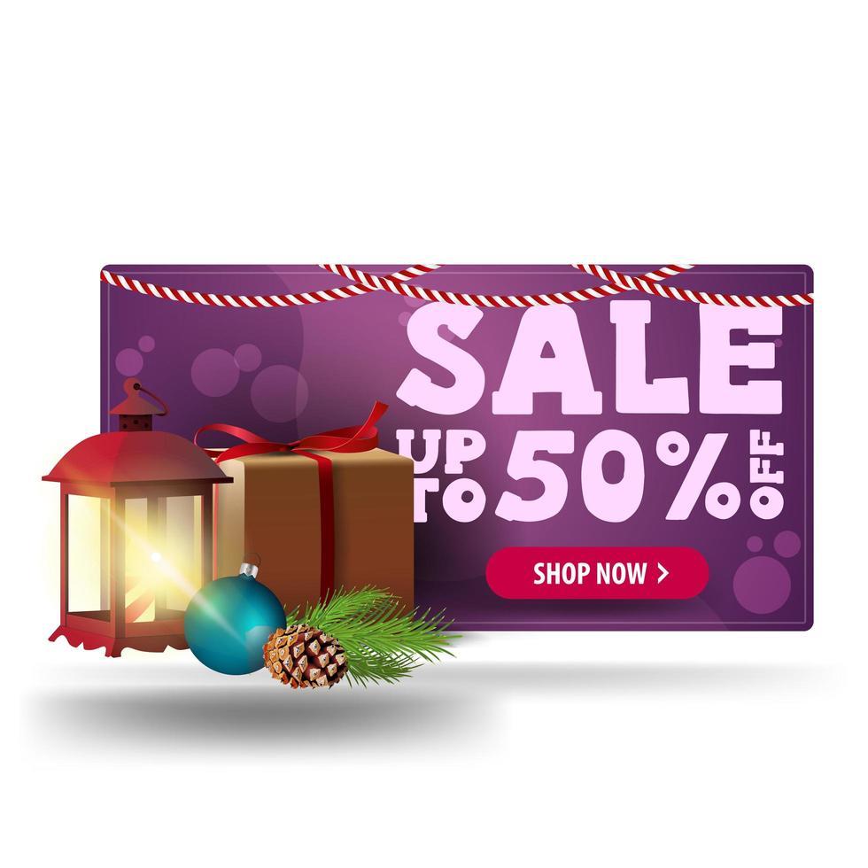 Weihnachtsverkauf, bis zu 50 Rabatt, lila 3D-Rabatt-Banner mit Geschenk, Vintage-Laterne, Weihnachtsbaumzweig mit einem Kegel und einem Weihnachtsball vektor