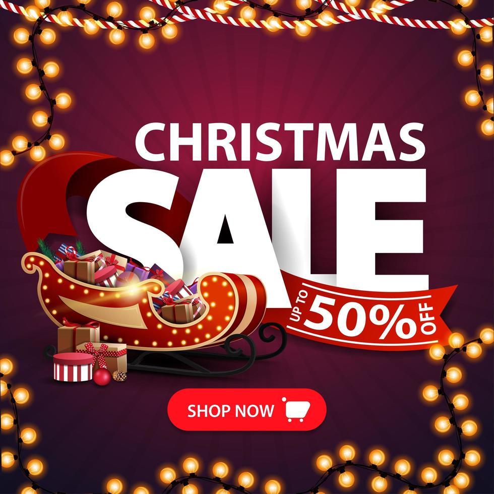 julförsäljning, upp till 50 rabatt, fyrkantig lila rabattbanner med kransar, stora bokstäver, rött band, knapp och santa släde med presenter vektor