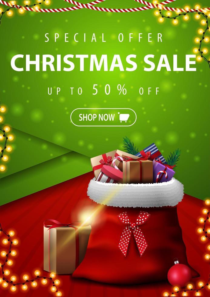 Sonderangebot, Weihnachtsverkauf, bis zu 50 Rabatt, vertikales rotes und grünes Rabattbanner im Materialdesignstil mit Weihnachtsmann-Tasche mit Geschenken vektor