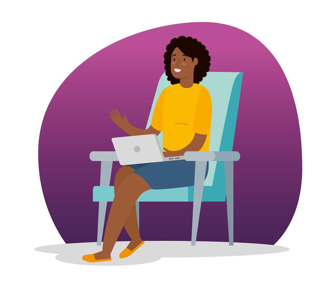 Afro-Frau, die zu Hause mit Laptop arbeitet, der auf dem Stuhl sitzt vektor