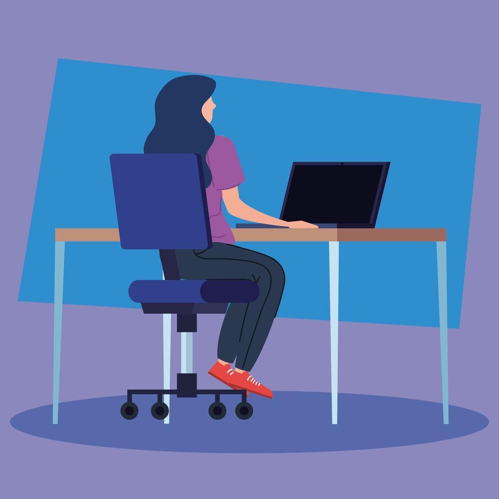 kvinna på datorn som arbetar på ett skrivbord vektor