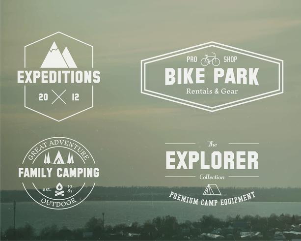 Set Sommerforscher, Familienlagerabzeichen, Logo und Etikettenvorlagen. Reisen, Wandern, Radfahren. Draussen. Ideal für Abenteuerseiten, Reisemagazin usw. Auf unscharfem Vintage-Hintergrund. Vektor