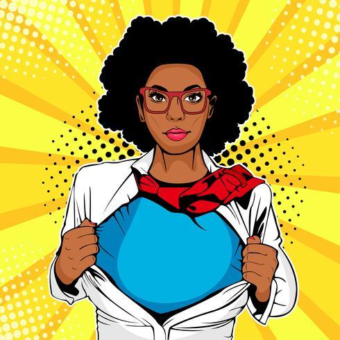 Afroamerikanischer Superheld der Pop-Art. Die junge sexy Frau, die in der weißen Jacke gekleidet wird, zeigt Superheldt-shirt. Vektorillustration in der komischen Art der Retro- Pop-Art. vektor