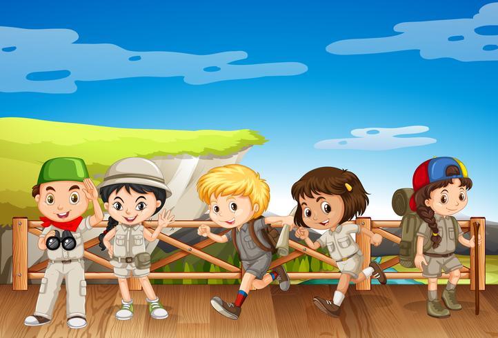 Fem barn i safari kostym på bron vektor