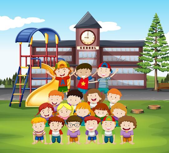 Kinder, die menschliche Pyramide in der Schule tun vektor