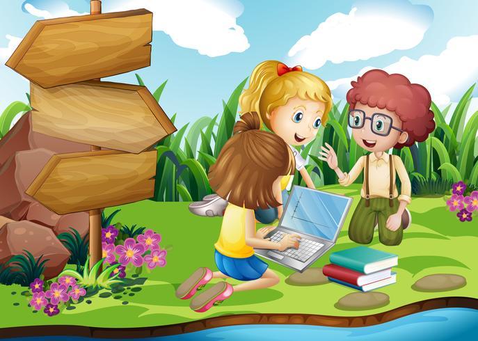 Kinder, die an Computer im Park arbeiten vektor
