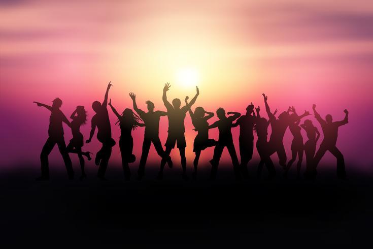 Silhuetter av människor som dansar i ett solnedgångslandskap vektor