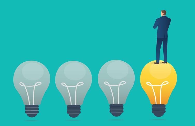 Geschäftsmann, der auf Glühlampe mit blauem Hintergrund, kreative denkende Konzeptvektorillustration steht vektor