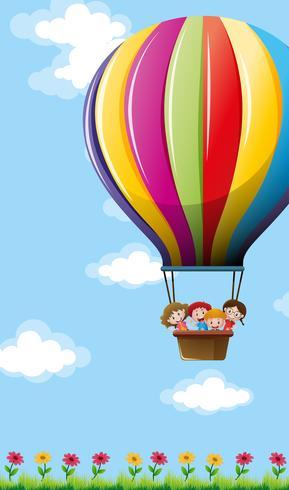 Många barn som flyger på färgstarka ballonger vektor