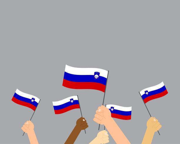 Vector Illustration von den Händen, die Slowenien-Flaggen halten, die auf grauem Hintergrund lokalisiert werden