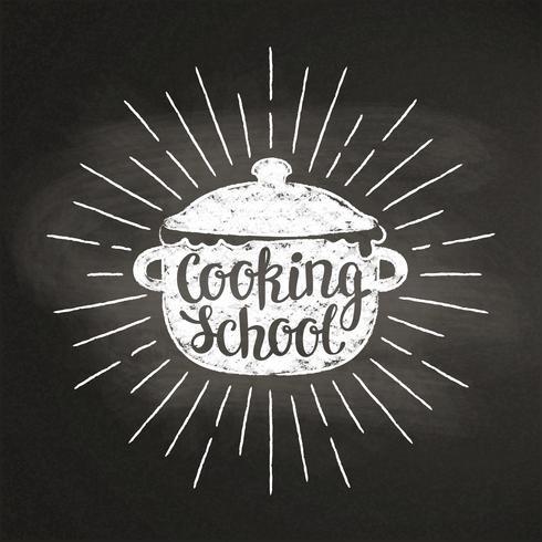 Kalk silhoutte med kokpanna med solstrålar och bokstäver - Matlagning med barn - på svart tavla. Bra för att laga logotyper, bades, menydesign eller affischer. vektor