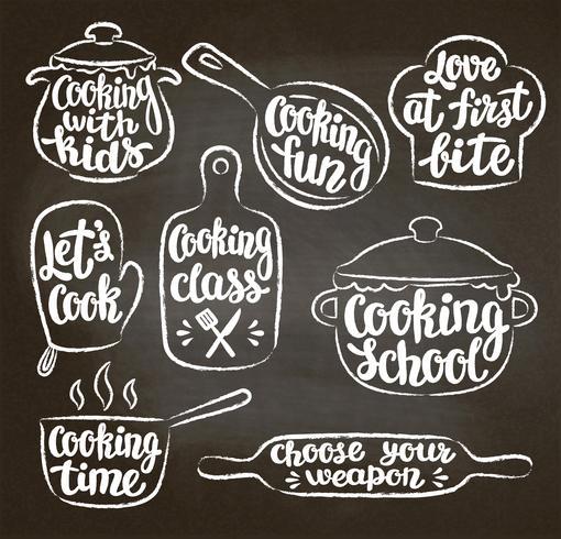 Samling av kritad texturerad konturerad matlagningslabel eller logotyp på svart tavla. Handskrivet bokstäver, kalligrafi matlagning vektor illustration. Kock, kock, köksredskap ikon eller logotyp.