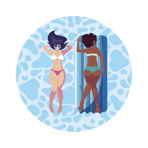 schöne interracial Mädchen mit Matratze im Wasser zu schweben vektor