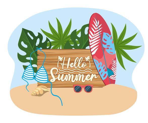 Hej sommarmeddelande på träskylt med surfbräda och baddräkt vektor