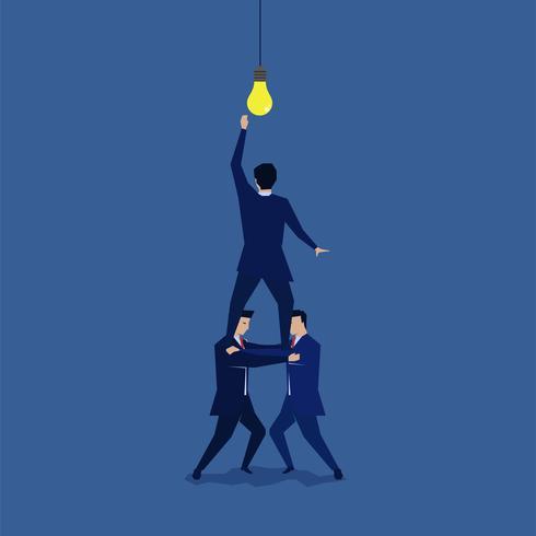 Grupp av affärsmän på axlarna för att nå idén vektor