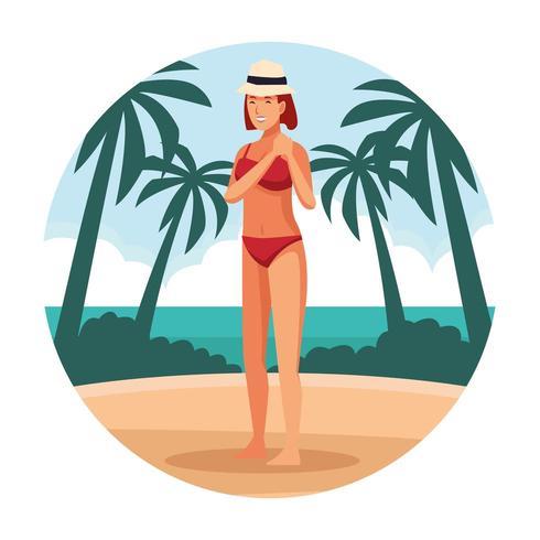 Ung kvinna i baddräkt och hatt på stranden vektor