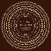 Satz von sieben runden Vintage-Goldrahmen lokalisiert auf einem dunklen Hintergrund.
