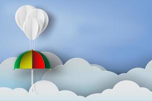 Papierregenschirm und Wolkenhintergrund schneiden