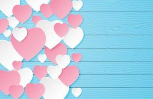 Papier geschnittene Herzen auf blauem Holz mit Copyspace geschichtet