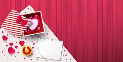 Draufsicht der Geschenkbox auf rosa Holzbeschaffenheit