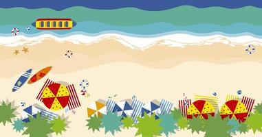 Draufsicht auf Sommerstrand mit Sonnenschirmen