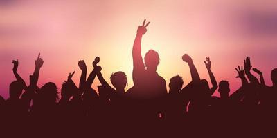 fest publikbanner mot solnedgånghimmel