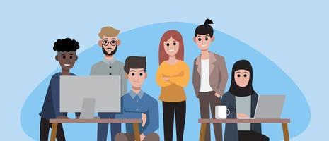 Gruppe von lächelnden Büroangestellten oder Geschäftsleuten
