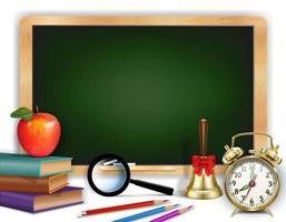 grüne Tafel mit Schulmaterial und Platz für Text