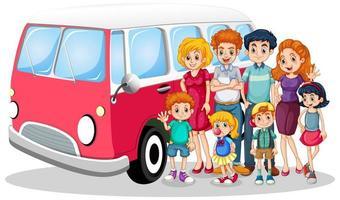lycklig familj framför bilen med barn