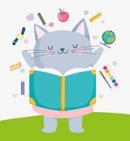 liten katt med skolmaterial