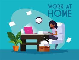 junge Freiberuflerin, die von zu Hause aus am Schreibtisch arbeitet