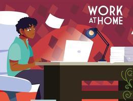 männlicher Freiberufler, der von zu Hause aus arbeitet