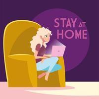 Frau im Stuhl auf Laptop zu Hause bleiben