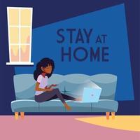 Bleiben Sie zu Hause Bewusstsein und Frau auf der Couch mit Laptop