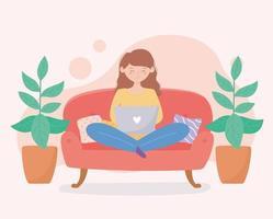 kvinna som använder en bärbar dator i soffan runt krukväxter