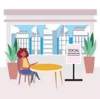 Frau sitzt allein mit einem sozialen Distanzzeichen