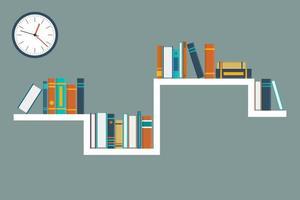 Bücher auf einem Regal und einer Uhr