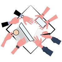 Draufsicht auf die Hände des Geschäftsteams, die am Tisch arbeiten