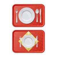 plastbricka med tallrik, gaffel och kniv