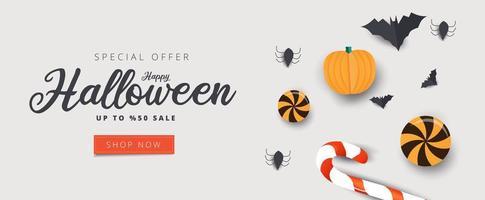 Happy Halloween Sale Banner mit Süßigkeiten, Fledermäusen und Spinnen vektor