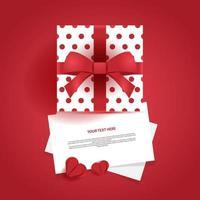 leere weiße Blätter mit Geschenkbox und Papier geschnittenen Herzen vektor