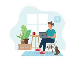 Student oder freiberuflicher Mann, der von zu Hause auf Stuhl arbeitet